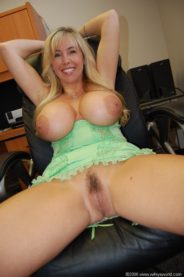 Hot mature tits and pussy spread
